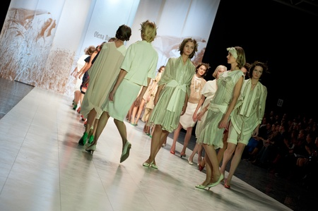 """Kiew, Ukraine - 17. Oktober: Fashion Modell trägt Kleider von """"Olena Dats"""" am 24. Ukrainian Fashion Week erstellt am 17. Oktober 2009 in Kiew, Ukraine. Editorial"""