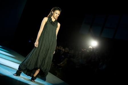 "modelo en pasarela: KIEV, Ucrania - 19 de octubre: modelo de moda se viste con ropa creadas por ""ZAVADSKII"" en la Semana de la Moda de Ucrania 24o el 19 de octubre de 2009 en Kiev, Ucrania."