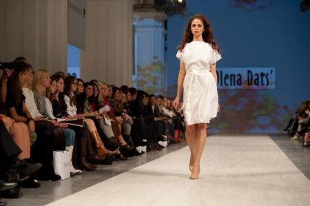 """KIEV, Ucraina - 14 ottobre: ??Fashion model indossa gli abiti creati da """"Olena Dats"""" alla settimana della moda ucraina il 14 ottobre 2011 a Kiev, Ucraina. Archivio Fotografico - 10887560"""