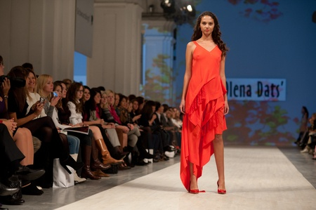 """14: KIEV, Ucrania - 14 de octubre: el modelo de moda se viste con ropa creada por """"Olena Dats"""" en la Semana de la Moda de Ucrania el 14 de octubre de 2011 en Kiev, Ucrania."""