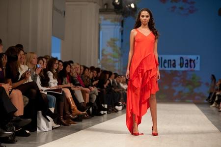 """Kiew, Ukraine - 14. Oktober: Fashion Modell trägt Kleider von """"Olena Dats"""" an der ukrainischen Fashion Week erstellt am 14. Oktober 2011 in Kiew, Ukraine."""
