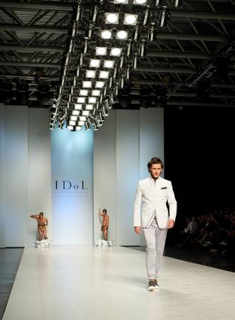 "modelo en pasarela: KIEV, Ucrania - 20 de octubre: modelo de moda se viste con ropa creadas por ""ASerge Smolin"" en la Semana de la Moda de Ucrania 24o el 20 de octubre de 2009 en Kiev, Ucrania."
