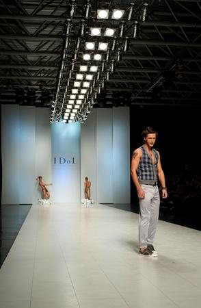 """Kiew, Ukraine - 20. Oktober: Fashion Modell trägt Kleider von """"ASerge Smolin"""" am 24. Ukrainian Fashion Week erstellt am 20. Oktober 2009 in Kiew, Ukraine."""