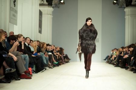 modelo en pasarela: KIEV, Ucrania - 14 de marzo: Modelo de moda se viste con ropa creadas por