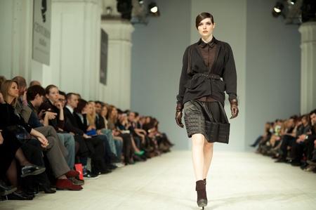 Kiew, Ukraine - 14. März: Fashion Modell trägt Kleider von 'Tetyana ZEMSKOVA & Olena VOROJBIT' an der ukrainischen Fashion Week erstellt am 14. März 2012 in Kiew, Ukraine. Editorial