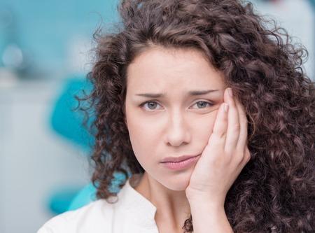 Ritratto di una giovane donna affetta da mal di denti Archivio Fotografico - 30355637