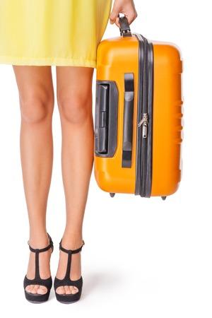 mujer con maleta: La muchacha se coloca con la maleta de color naranja y listo para viajar