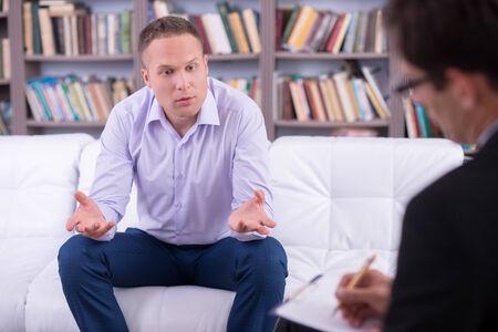 Retrato de um homem falando com sua psicóloga