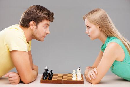 jugando ajedrez: Grave joven y de la mujer a partir del juego de ajedrez y mirando el uno al otro