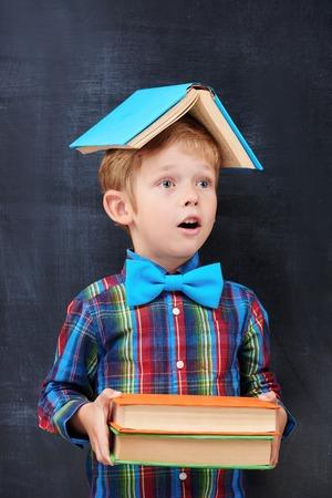 diligente: Libros de color Redhead de la escuela primaria alumno witn inhalr en previsión de un futuro trabajador, concepto estudiante diligente