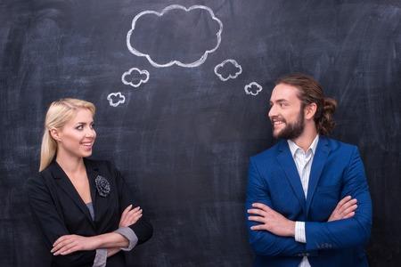 Mannelijke en vrouwelijke denken samen op Th bordachtergrond