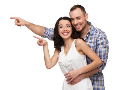 parejas felices: Tanto los amantes apuntan a algo. Aislado en el fondo blanco