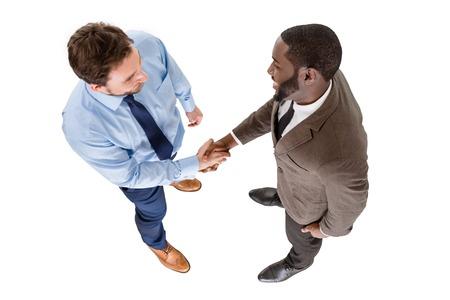 握手する 2 人の若いビジネスマンの平面図です。白い背景に分離