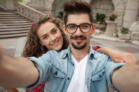 bel homme: Portrait de la belle jeune femme et bel homme en vacances. Fille et gar�on faisant autoportrait et souriant