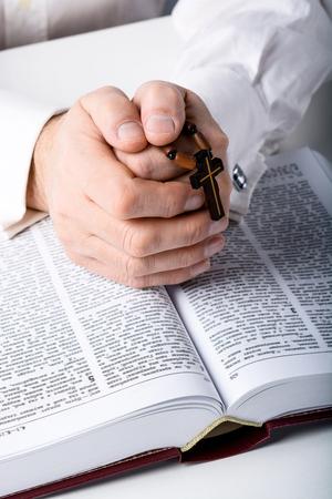 biblia: Foto de un hombre de edad manos con el rosario y la biblia abierta