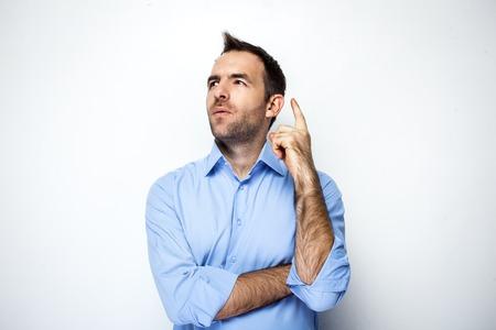 Foto divertente dell'uomo d'affari con la camicia che indossa la barba. Uomo d'affari pensieroso guardando e ottenendo l'idea. Isolato su sfondo bianco Archivio Fotografico - 46697251