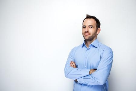 kavkazský: Foto obchodník s vousy na sobě košili. Podnikatel při pohledu na fotoaparát. Izolovaných na bílém pozadí