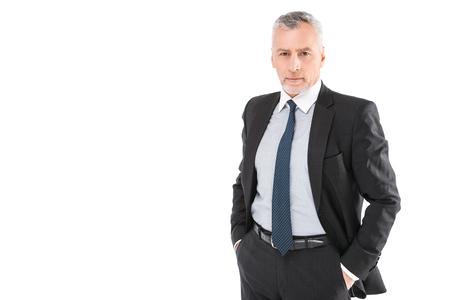 Portrait d'homme d'affaires âgé portant costume et cravate. Homme d'affaires en années debout sur fond blanc. Patron regardant la caméra