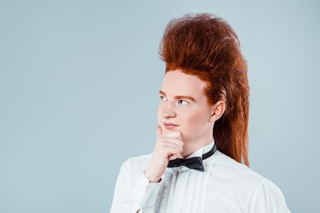 uomini belli: Il giovane alla moda dai capelli rossi con bouffant sulla testa. ragazzo indossa camicia premuroso con cravattino Archivio Fotografico