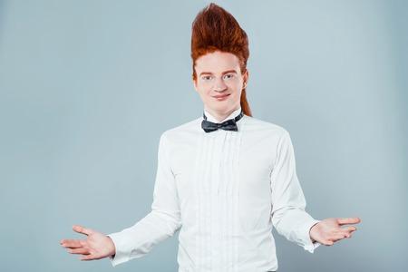 uomini belli: Il giovane alla moda dai capelli rossi con bouffant sulla testa. Il ragazzo indossa camicia con papillon e guardando la fotocamera