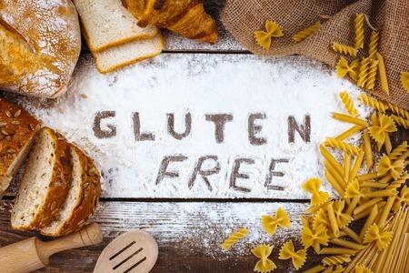 Top colpo vista dello studio di parola senza glutine con farina e pane sulla tavola di legno Archivio Fotografico - 54208629