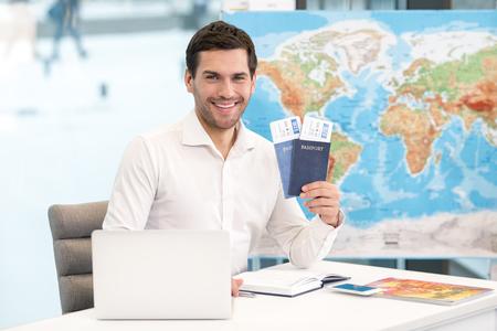 Ausflugagentur-Konzept des jungen Mannes