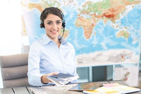Reisebüro-Konzept der jungen Frau Standard-Bild