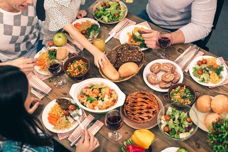 Nette Familie, die geschmackvolles Abendessen hat