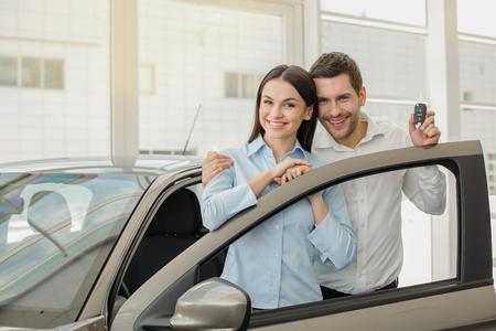 자동차 렌탈 서비스의 젊은 사람들 교통 개념