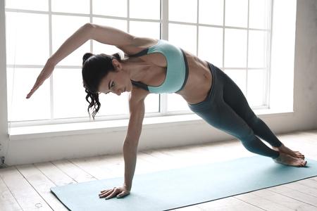 ヨガのポーズ運動健康的なライフ スタイルを行う若い女性 写真素材
