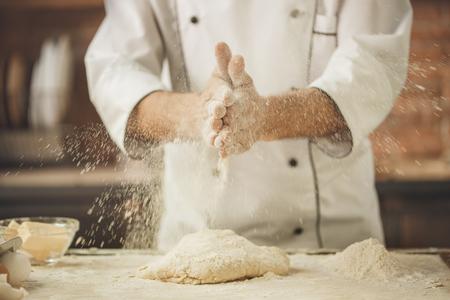 Bakkerij kok bakken in de keuken professional Stockfoto