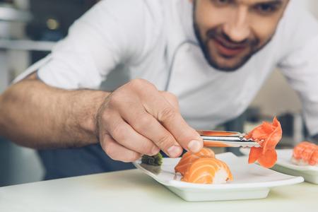 남자 일본 요리사 주방에서 요리