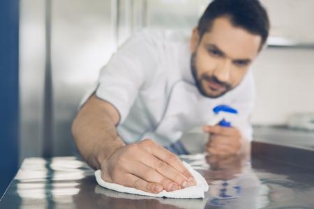 Szef kuchni japońskiej restauracji mężczyzna pracuje w kuchni Zdjęcie Seryjne