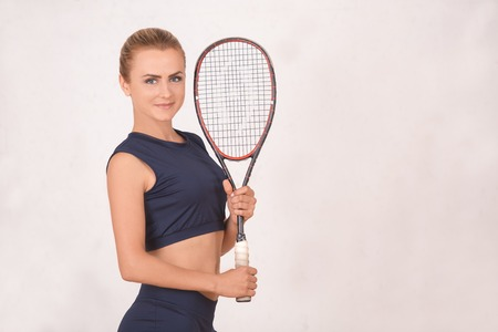 젊은 여자 스쿼시 선수 운동 체육관에서 운동 스톡 콘텐츠