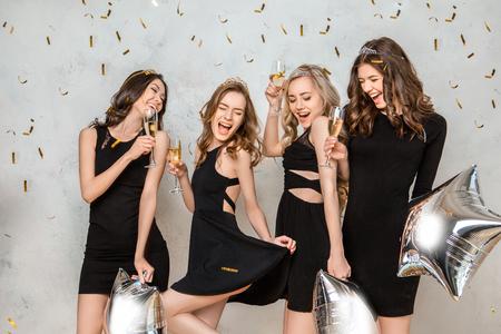 Junge Frauen , die zusammen Henne Partei , die auf Weiß lokalisiert werden Standard-Bild