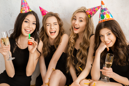 Las mujeres jóvenes celebrando el cumpleaños aislado en blanco Foto de archivo - 80083827