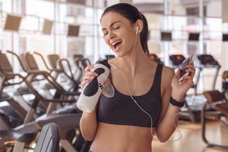 체육관에서 젊은 여자 운동 건강한 라이프 스타일