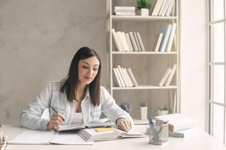 koncentrovaný: Mladá žena studuje doma sama vzdělání Reklamní fotografie