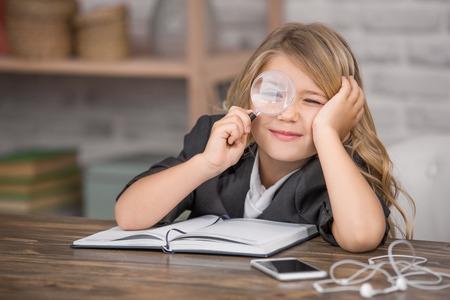 어린 소녀 학습 학습 교육 지식 개념