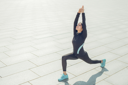 koncentrovaný: Young woman active exercise workout on street outdoor