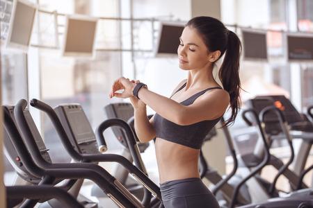 koncentrovaný: Mladá žena cvičení v tělocvičně zdravý životní styl Reklamní fotografie