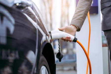 現代のエコ車充電エネルギーによって人間輸送