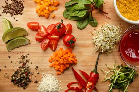 Koken ingrediënten vers geïsoleerd op tafel binnenshuis spicies