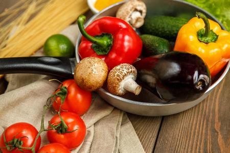Koken ingrediënten vers geïsoleerd op tafel binnenshuis
