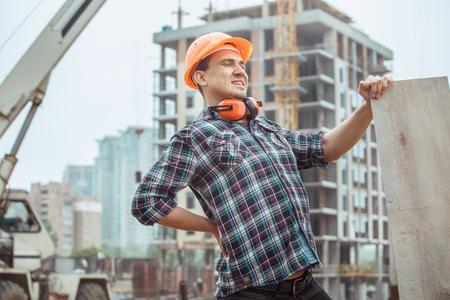 Männliche Arbeitsbau-Bautechnikbesetzung, die hölzernes Brett hält Standard-Bild - 81143426