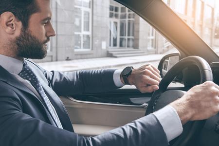 Jonge zakenman test drive nieuwe auto Stockfoto