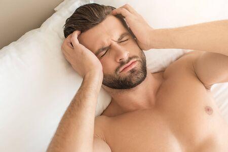hospedaje: Young man business traveler hotel room accomodation