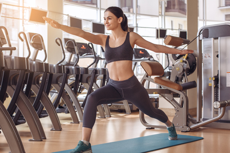 Young woman workout in gym healthy lifestyle Фото со стока - 81712003