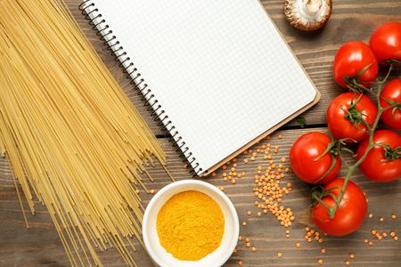Groenten vers geïsoleerd op tafel binnenshuis Stockfoto