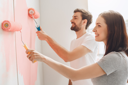 Young couple doing apartment repair together themselves Foto de archivo